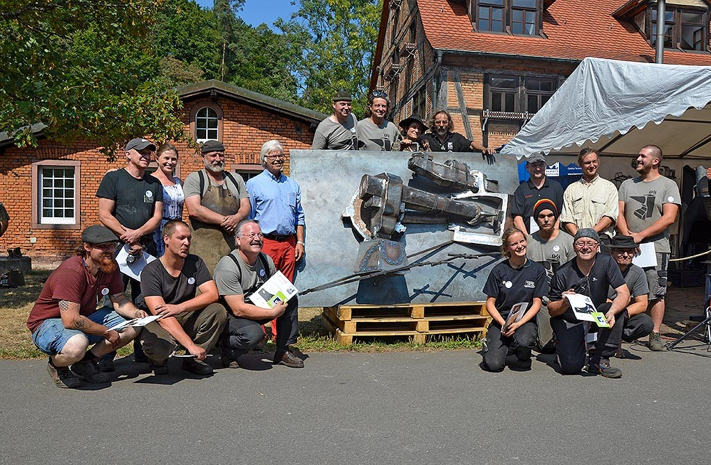 The participants of the young blacksmith meeting with the finished 2.5-D relief of the Hasloch sledgehammer.